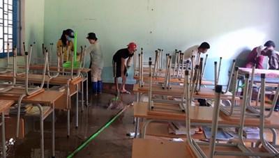 Quảng Nam: Thầy cô ở Trà Leng dọn dẹp bùn đất sau mưa lũ để đón trò