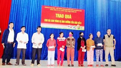 VP Báo Đại Đoàn Kết cùng nhà hảo tâm trao quà tại xã Tam Dân