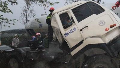 Tông xe tải dừng đèn đỏ, tài xế xe đầu kéo mắc kẹt trong cabin