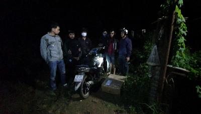 Quảng Nam: Bắt hai thanh niên vận chuyển 20 hộp pháo nổ trái phép
