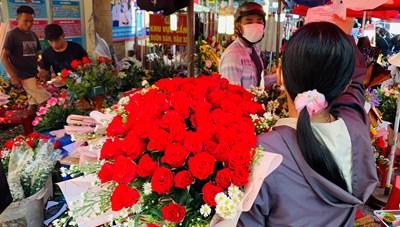 Đông nghịt người mua hoa tươi chúc mừng ngày 8-3