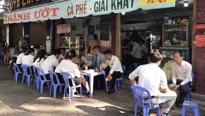 TP.Hồ Chí Minh yêu cầu hàng quán ăn uống ven đường chỉ bán hàng đem về