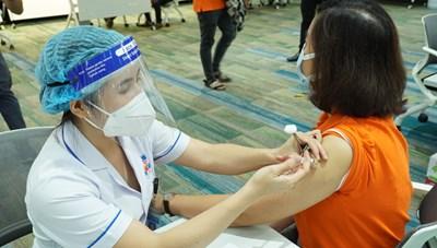 TP Hồ Chí Minh: Xem xét tiêm vaccine cho người trong khu phong tỏa, nhân viên giao hàng