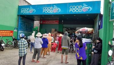 TP HCM siết mạnh giãn cách xã hội, dân ùn ùn đi mua thực phẩm
