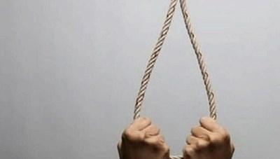 Bố chết lặng phát hiện con trai treo cổ tại phòng riêng