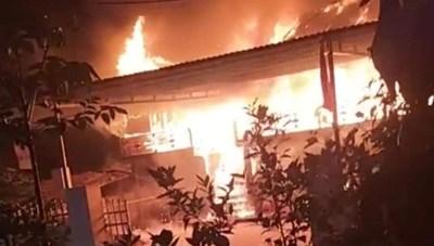 Yên Bái: Giận vợ, chồng xả gas, đốt nhà gỗ trị giá nửa tỷ đồng