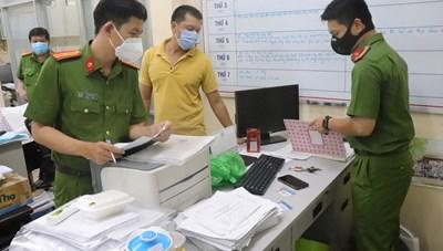 Khởi tố cán bộ phường tổ chức tiêm vaccine thu tiền