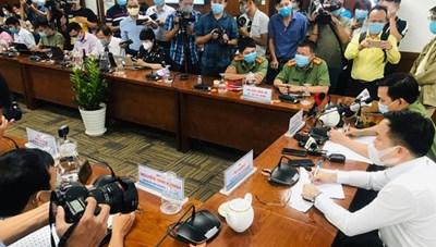 Chủ tịch TP HCM yêu cầu khởi tố tiếp viên Vietnam Airlines làm lây lan dịch