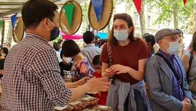 Người tiêu dùng Pháp hào hứng với những gian hàng vải thiều Việt tại Paris