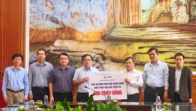 Bí thư Tỉnh ủy Quảng Bình tiếp nhận 500 triệu đồng ủng hộ của EVN