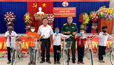 Mặt trận phối hợp tặng xe đạp cho học sinh nghèo huyện biên giới