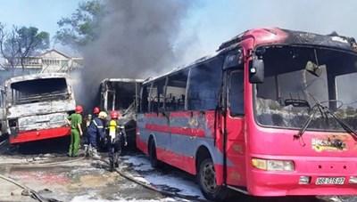 Thanh Hóa: 'Bà hỏa' thiêu rụi 6 xe ca chở công nhân