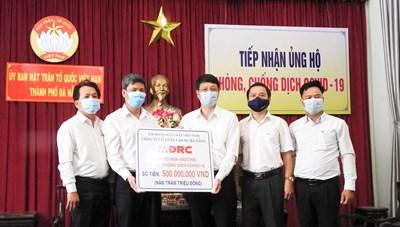 Mặt trận Đà Nẵng tiếp nhận 500 triệu đồng cùng trang, thiết bị y tế