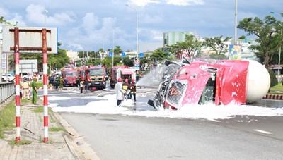 Đà Nẵng: Cứu hộ an toàn xe bồn chở 20 tấn gas bị lật