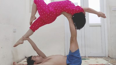 Theo chân mẹ bầu vào khu cách ly, tập yoga nâng cao sức khỏe, tinh thần