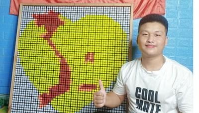 Chàng trai dân tộc Nùng vẽ tranh bản đồ Việt Nam từ những khối rubik