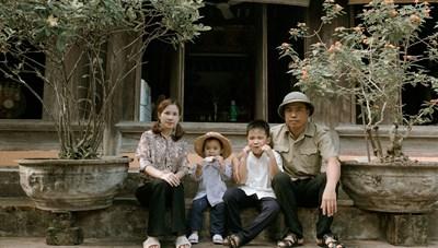 Bộ ảnh gia đình gây sốt: 'Tấm vé thông hành' giúp con trưởng thành
