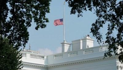 Nhà Trắng hạ cờ tưởng niệm cảnh sát thiệt mạng trong vụ bạo loạn đồi Capitol