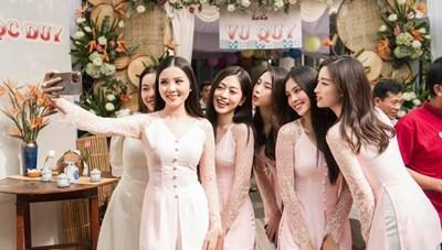 'Sao' Việt trong ngày: Dàn 'siêu' phù dâu 'đốn tim' quan khách