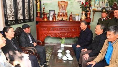 Bộ trưởng Tô Lâm tặng quà người nghèo, người có công tỉnh Hưng Yên