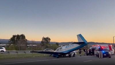 [VIDEO] Máy bay lao xuống đường, va chạm với ô tô tại California, Mỹ