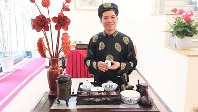 Nghệ nhân Hoàng Anh Sướng: Ươm trồng sen thơm ngát từ bùn