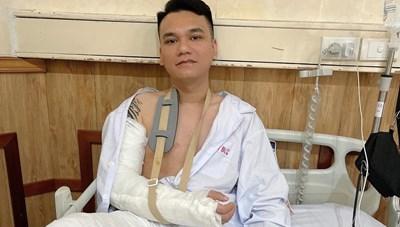 Ca sĩ Khắc Việt gẫy tay vì chơi thể thao