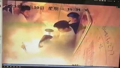 Xe đạp điện Trung Quốc phát nổ trong thang máy đông người