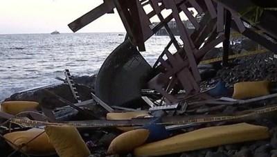 Mỹ: Nhà ven biển bất ngờ sập ban công, hàng chục người rơi xuống bãi đá