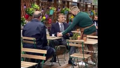 Tổng thống Pháp cùng Thủ tướng Jean Castex đi uống cà phê ngoài trời