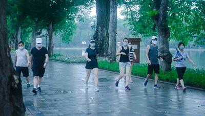 [ẢNH] Hồ Gươm vẫn đông đúc người tập thể dục sau lệnh cấm