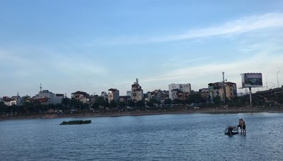 Phát hiện thi thể nam thanh niên nổi trên mặt hồ Linh Đàm