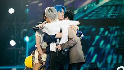 Uni5 lần đầu trải lòng về gia đình trên sân khấu The Heroes