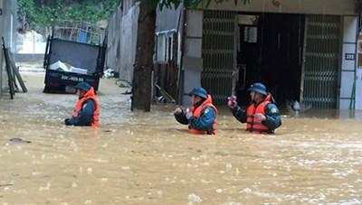 Mưa lớn nước ngập ngang người, TP Hà Giang 'thất thủ'