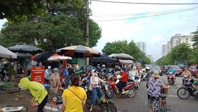 [ẢNH] Người dân Hà Nội vẫn tấp nập đi chợ cúng Rằm trong ngày đầu giãn cách