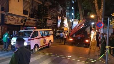 Hà Nội: Sập giàn giáo trên phố Nguyễn Công Trứ, 4 người thương vong