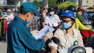 [ẢNH] Hà Nội: Ùn tắc tại các chốt trong ngày đầu áp quy định mới về giấy đi đường