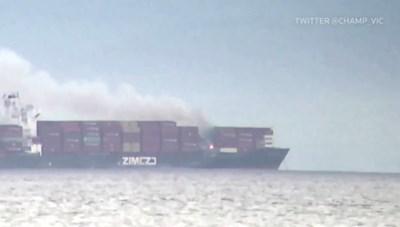 Cháy container trên tàu hàng ngoài khơi Anh - Columbia