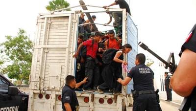 Mexico phát hiện gần 130 người di cư trong thùng xe tải