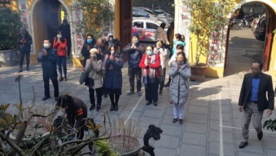 Người dân đến chùa phải đeo khẩu trang, rửa tay sát khuẩn