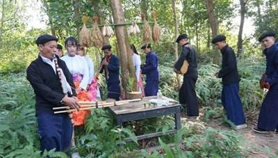 Lễ cúng thần rừng đầu nguồn của đồng bào Mông