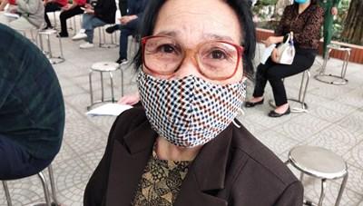 Cụ bà 71 tuổi một mình đi xe bus đến đăng ký tiêm thử vaccine Covid-19