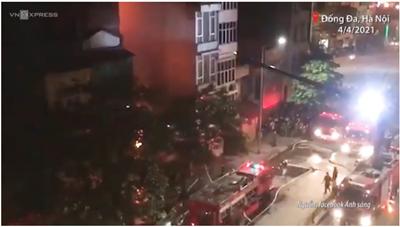 [VIDEO] Người thân bất lực nhìn cửa hàng đồ sơ sinh bốc cháy