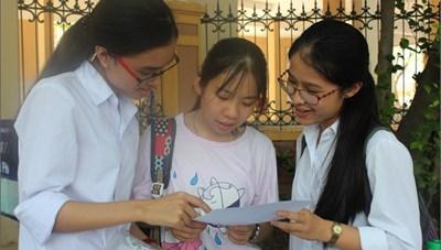 Học sinh nhận phiếu đăng ký dự tuyển lớp 10 THPT