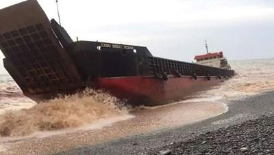 Tàu Philippines gặp nạn giữa siêu bão, 20 người mất tích