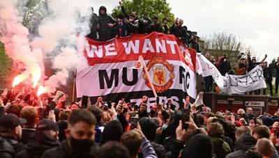 Người hâm mộ làm loạn, trận Man Utd gặp Liverpool bị hủy