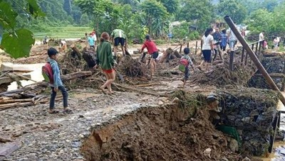 Cầu sạt lở, nhà dân bị ngập sau trận mưa lớn
