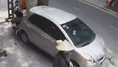 [VIDEO] Rùng mình với tình huống lùi xe suýt gây thảm họa cho người đi đường