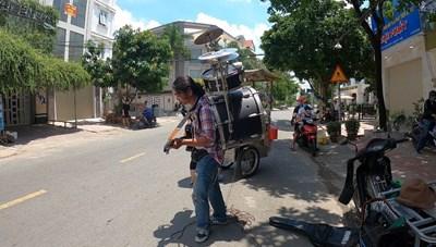 Giàn nhạc trên vai chàng nghệ sĩ đường phố