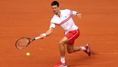 'Sao trẻ' người Italia bỏ cuộc, Djokovic giành vé vào tứ kết